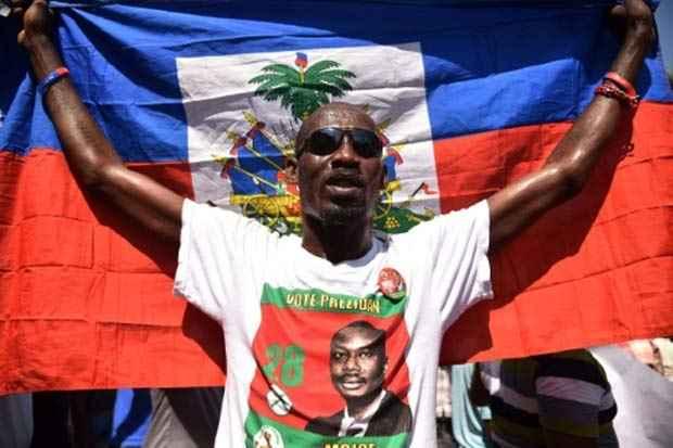 Eleitor do candidato presidencial Moise Jean-Charles se manifesta em Porto Príncipe, em 29 de outubro de 2015. Foto: Hector Retamal/AFP/Arquivos