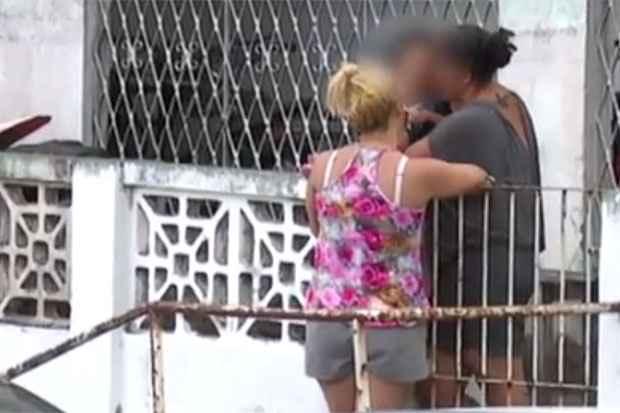Patrícia Maria (de cinza) é suspeita de ter espancado o próprio filho até a morte. Foto: TV Clube/Record/Reprodução