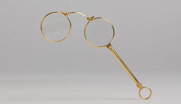 O lorgnon dourado usado por Pessoa está entre os objetos mais valiosos da exposição. Foto: Mepe/Divulgação