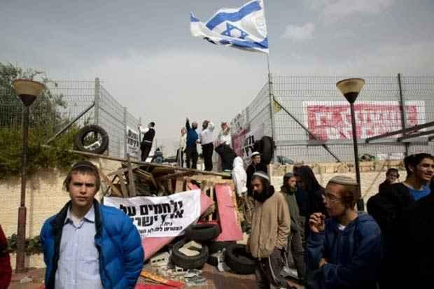 Colonos israelenses fazem barricada em frente à sinagoga na colônia de Givat Zeev, na Cisjordânia ocupada, no dia 4 de novembro de 2015. Foto: Menahem Kahana/AFP
