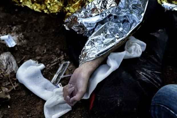 Um corpo recolhido na ilha de Lesbos em outubro de 2015. Foto: Aris Messinis/AFP/Arquivos