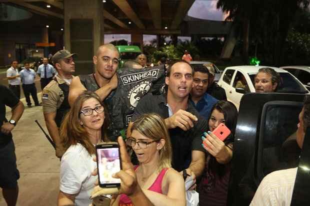 """""""Por que pode ser comunista e não pode ser nazista?"""", esbravejou um dos skinheads que estavam na recepção a Bolsonaro. Na foto, o filho do deputado, Eduardo. Foto: Hesíodo Góes/Esp DP/D.A Press"""