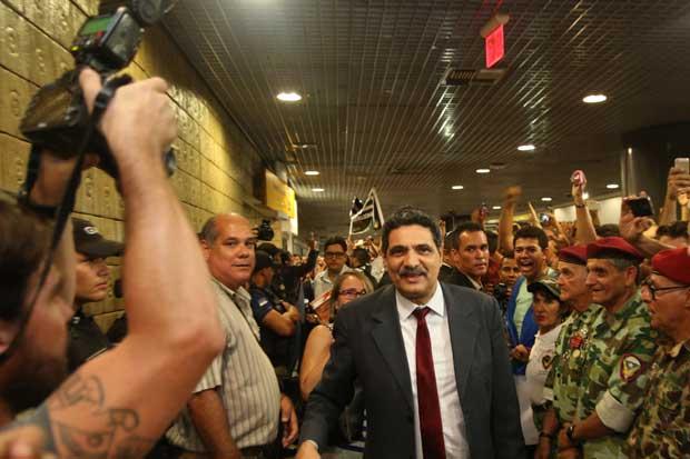Vários políticos vieram de Brasília no mesmo voo do parlamentar. Alguns foram vaiados pelos fãs de Bolsonaro, como foi o caso do ex-prefeito do Recife João Paulo. Foto: Hesíodo Góes/DP/D.A Press