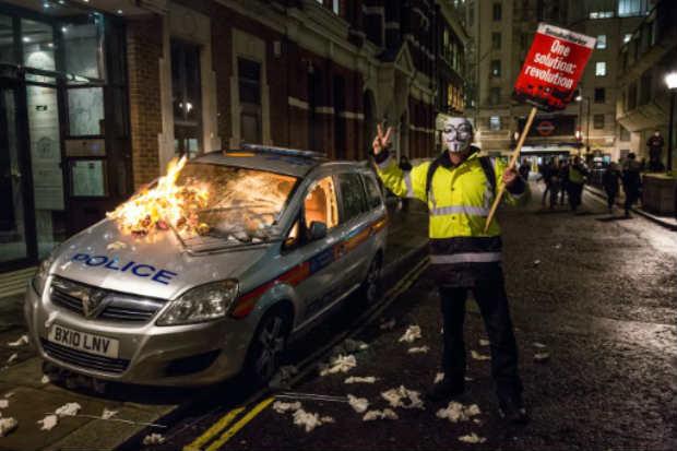 Manifestante com a máscara de Guy Fawkes durante o protesto