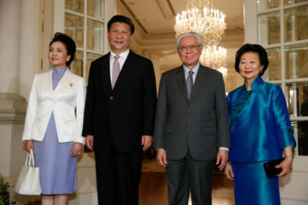 O presidente chinês e a mulher (e) são recebidos pelo presidente e a primeira-dama de Cingapura. Foto: POOL/AFP Edgar Su