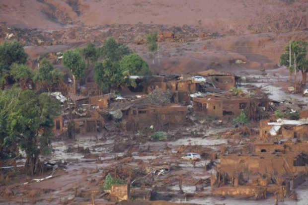 Vista do distrito de Bento Rodrigues, tomado pela lama, após rompimento de barragem. Foto: AFP Douglas Magno