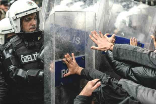 Policiais turcos e manifestantes entram em confronto durante protesto, em Istambul, na Turquia. Foto: AFP Ozan Kose