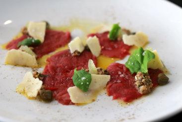 Carpaccio é um dos poucos pratos que tem conquistado quem se arrisca pela carne crua