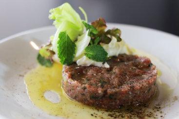 Prato típico árabe ganha uma versão contemporânea nas mãos do chef Hugo Prouvot