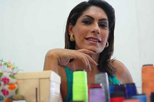 Mayza costura desde a infância, quando surrupiava agulhas das coisas da mãe. Foto: João Velozo/Especial para o DP/DA Press