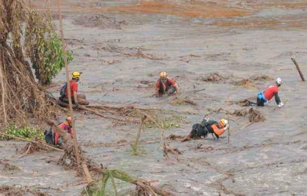 Bombeiros têm dificuldade em fazer o resgate das vítimas por causa da lama. (Foto: Jair Amaral/EM/D.A Press)