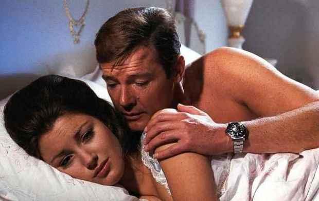 No filme, Bond usa relógio para desviar balas disparadas pelos inimigos e despir mulher. Foto: MGM/Divulgação
