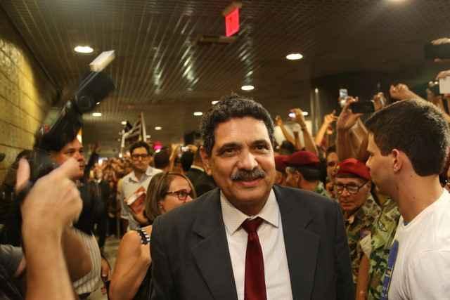 Ex-prefeito foi hostilizado ao chegar no mesmo voo que Bolsonaro Foto: Hesiodo Goes/Esp. DP/D.A Pres (Hesiodo Goes/Esp. DP/D.A Pres)