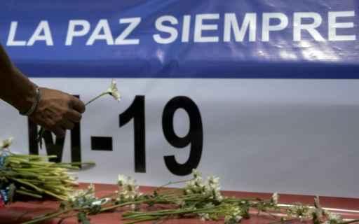 Partidários da guerrilha M-19 prestam homenagens na comemoração dos 25 anos dos acordos de paz com o governo colombiano. Foto: Raul Arboleda/AFP