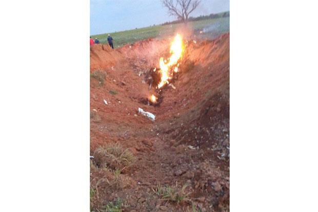 Explosão do avião abriu uma cratera de cinco metros no chão. Foto: O Antagonista/Reprodução da internet