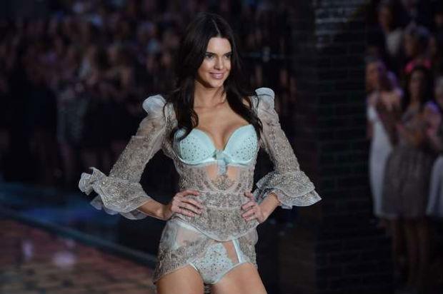 Confiante, Kendall Jenner fez bonito ao lado de angels já consagradas e experientes. Foto: AFP Photo/Reprodução