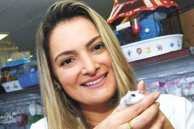 A veterinária Marcela Ortiz apresenta um hamster anão russo (foto: Euler Júnior/EM/D.A Press)