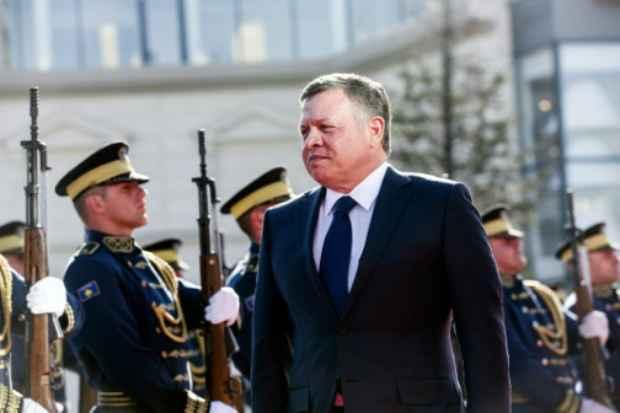 O rei Abdullah II visitou tropas em revista em Kosovo e criticou o