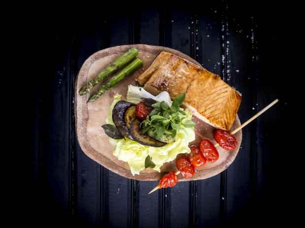 Entre os pratos da casa um dos destaques fica por conta do salmão.Foto: Rafael Medeiros/Divulgação