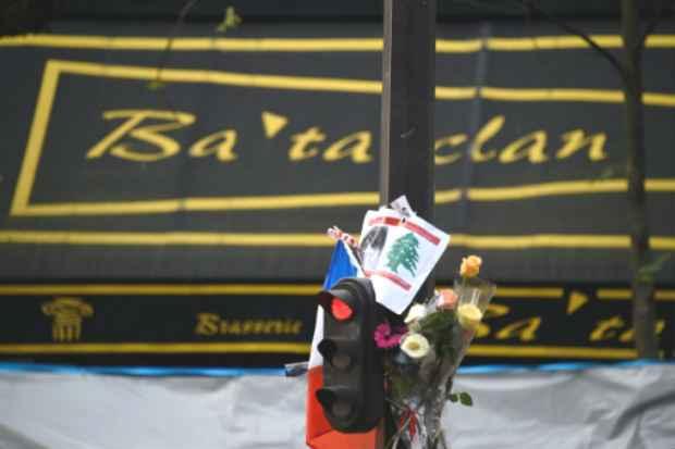 Homenagem às vítimas em frente à casa de shows Bataclan, um dos locais que sofreu ataques terroristas em Paris. Foto: AFP Dominique Faget