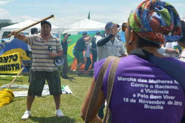 Manifestantes acampados no gramado do Congresso Nacional e integrantes da Marcha das Mulheres Negras entram em confronto. (Foto: Marcello Casal /Agência Brasil)