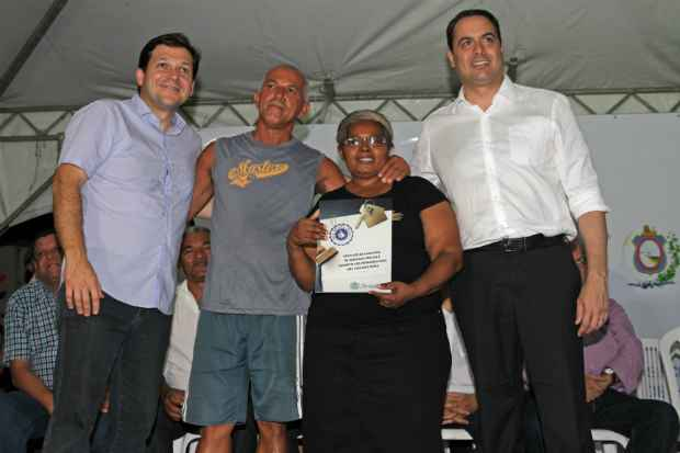 Creusa Florentino da Silva Cavalcanti e seu marido Jose Jorge Batista Cavalcanti foram os primeiros a receber a escritura. Foto: Roberto Ramos/DP/D.A Press