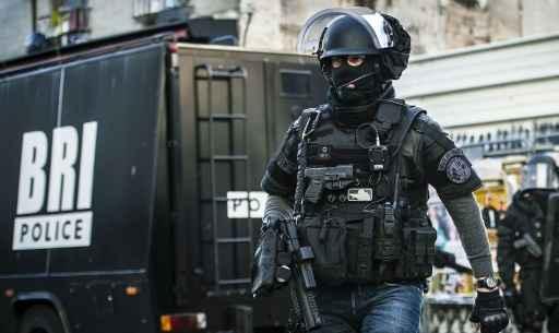 Policial da unidade especial francesa participa da operação em Saint-Denis © Ministério do Interior francês/AFP Francis Pellier