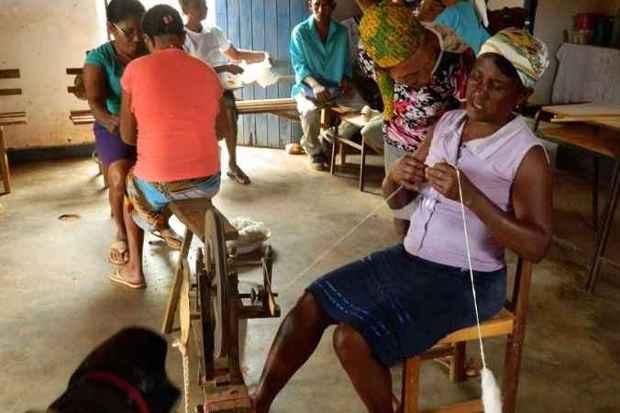 Fiandeiras e artesãs de Córrego do Rocha, em Chapada do Norte, cantam durante o trabalho (foto: Fotos: Elizabeth Colares/EM/D.A Press)