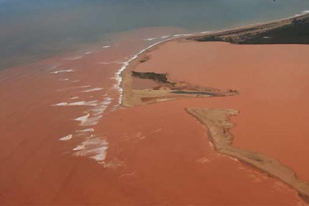 Lama deslocou-se ainda mais ontem sobre o litoral do Espírito Santo: 5km ao sul, 20km ao leste e 30km ao norte da foz do Rio Doce. Foto: Fred Loureiro/Secom