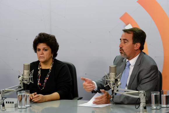 Ao lado da ministra do Meio Ambiente, Izabella Teixeira, o ministro da Integração, Gilberto Occhi, fala sobre as ações para enfrentar impactos do rompimento da barragem de rejeitos da Samarco. Foto: Elza Fiúza/Agência Brasil