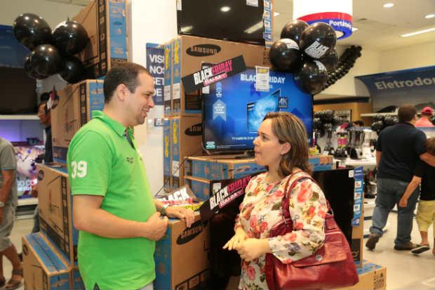 Milena e Paulo resolveram pesquisar mais depois de comprovar que os preços de eletrodomésticos não estavam atrativos. Foto: Paloma Amorim