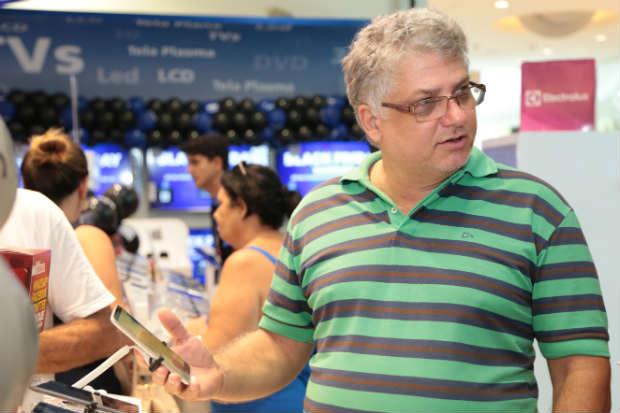 Ricardo Ferreira queria um smartphone novo e achou o modelo, mas não sabia se ia levar por conta do preço. Foto: Paloma Alecrim