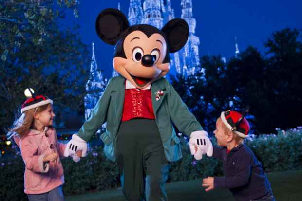 Mickey recepciona visitantes de todas as idades nos parques do complexo da Flórida. Fotos: Walt Disney Company/Divulgação