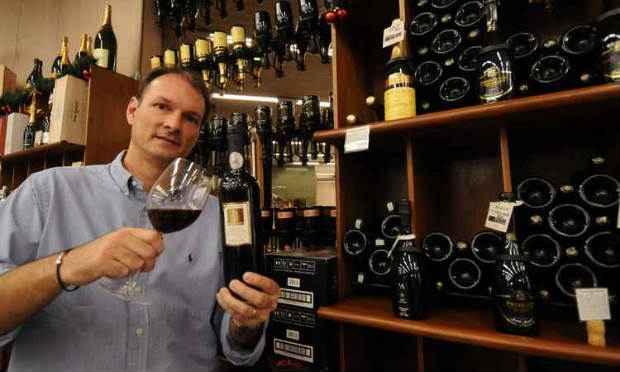 Sócio-proprietário da Casa do Vinho, André Martini quer aumentar a oferta dos produtos brasileiros na loja. Foto: Jair Amaral/EM/D.A Press