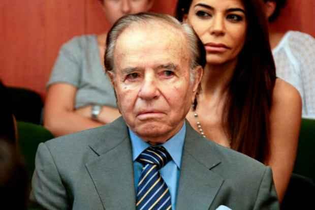 O ex-presidente da Argentina, Carlos Menem, ouve seu julgamento, em Buenos Aires, em março deste ano. Foto: CIJ/AFP/Arquivos HO