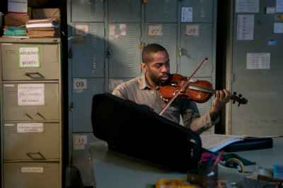 Lázaro Ramos, que não toca violino, interpreta um talentoso violinista