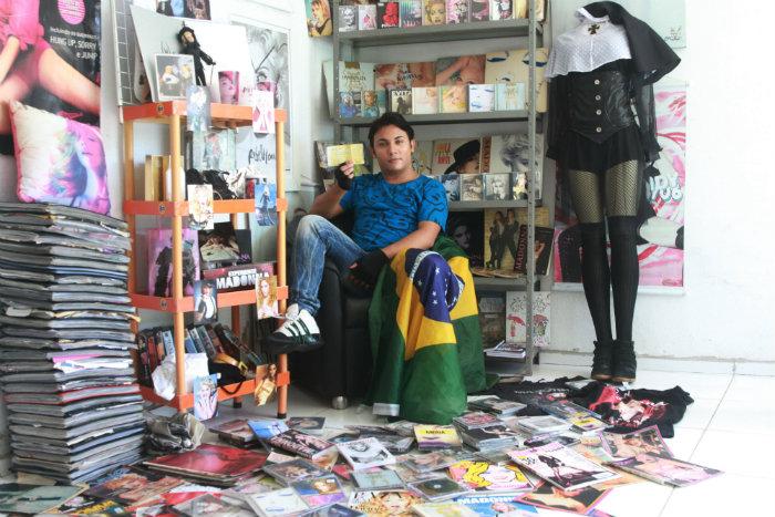 Madoninho, como é conhecido entre os fãs da cantora, coleciona CDs, DVDs, revistas e objetos relacionados a rainha do pop. Foto: Julio Jacobina/DP/D A Press