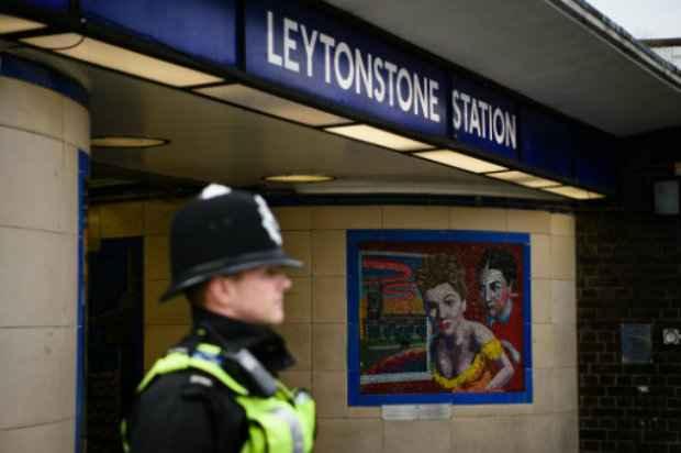 Policial na entrada da estação de metrô de Leytonston. Foto: AFP/LEON NEAL.