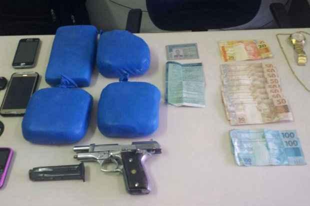 Foram apreendidos 4,3 quilos de pasta base de cocaína, uma pistola calibre 380 Taurus, 13 munições, um veículo, quatro celulares e R$ 640. Foto: Polícia Civil de Pernambuco/Divulgação