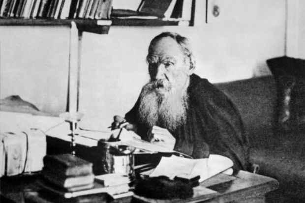 Léon Tolstoï trabalha em seu escritório, na cidade russa de Iasnaia Poliana. Foto: INTERCONTINENTALE/AFP