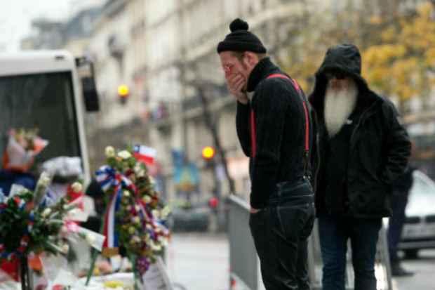 O vocalista Jesse Hughes observa o memorial em frente à casa de shows Bataclan. Foto: AFP MIGUEL MEDINA