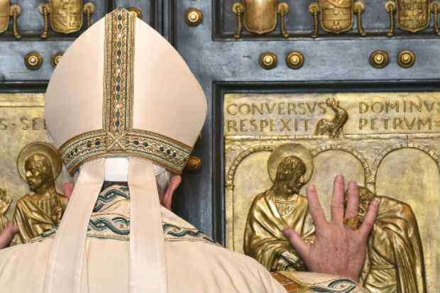 Ao fim da missa, o pontífice abriu de forma solene e falando em italiano - e não em latim, como é tradição - a Porta Santa da basílica, que permanece fechada durante todo o ano. Foto: AFP VINCENZO PINTO