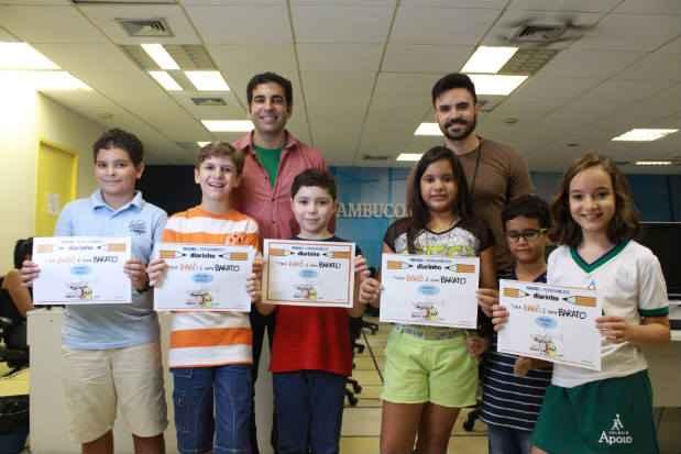 Crianças vencedoras do concurso Barô Barata encontram Jarbas (à esq.) e Diogo Carvalho, editor do Diarinho (dir). Foto: Brenda Alcantara/Esp.DP
