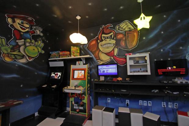 Clientes podem se divertir nos consoles enquanto esperam o pedido, na Gamerz. Foto: Roberto Ramos/DP.