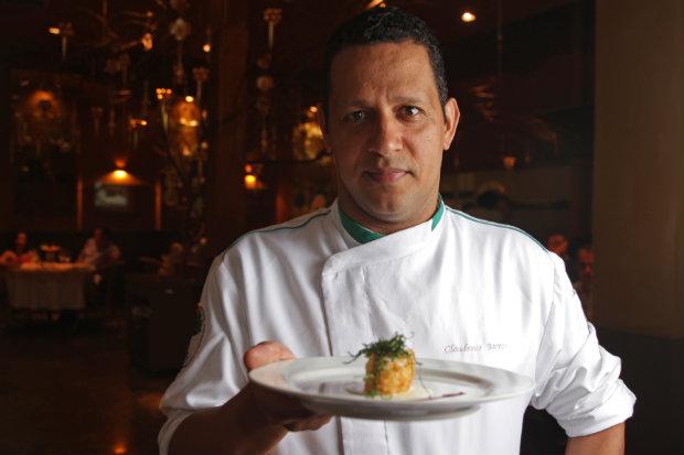 Chef Claudemir Barros é quem está à frente da cozinha do restaurante. Foto: Roberto Ramos/DP