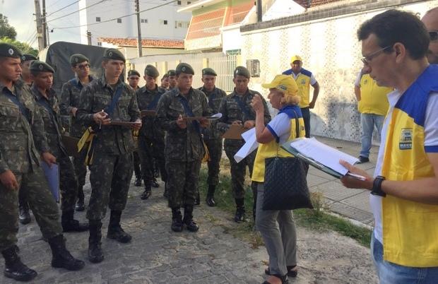 Soldados do exército recebem orientações para vistorias. Foto: Sesau/ Divulgação