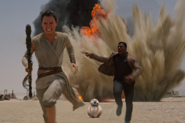 Daisy Ridley (esquerda) e John Boyega (direita) em cena do novo Star Wars. Foto: YouTube/Reprodução