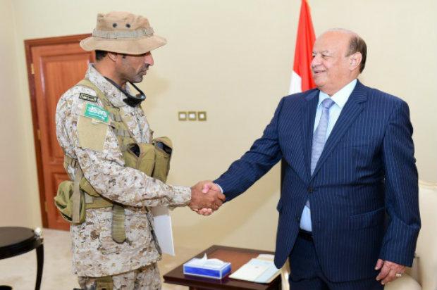 O presidente do Iêmen, Abd Rabbo Mansur Hadi, cumprimenta o responsável militar saudita, em Áden. Foto: AFP.