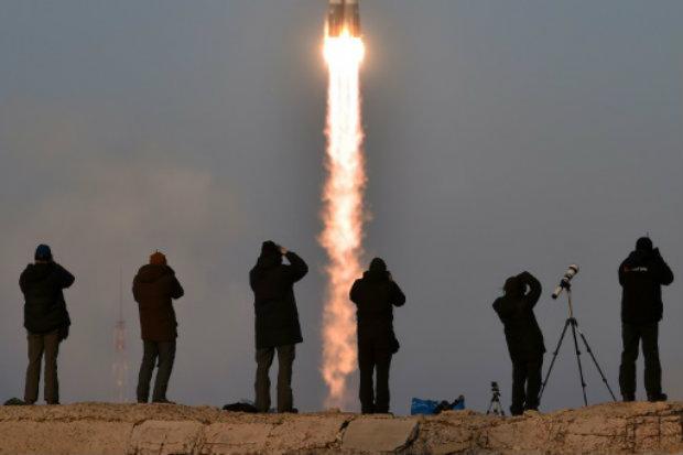 Fotógrafos registram a decolagem da nave Soyuz com primeiro britâncio a bordo. Foto: AFP KIRILL KUDRYAVTSEV