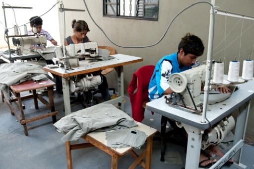 (Arquivo) Imigrantes bolivianos trabalham em confecção, em Nova Odessa, São Paulo, no dia 11 de outubro de 2011 Foto: AFP/Arquivos NELSON ALMEIDA
